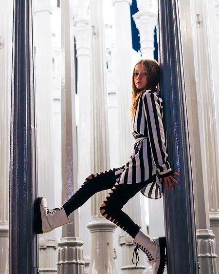 Sophie Fergi posing wallpaper.